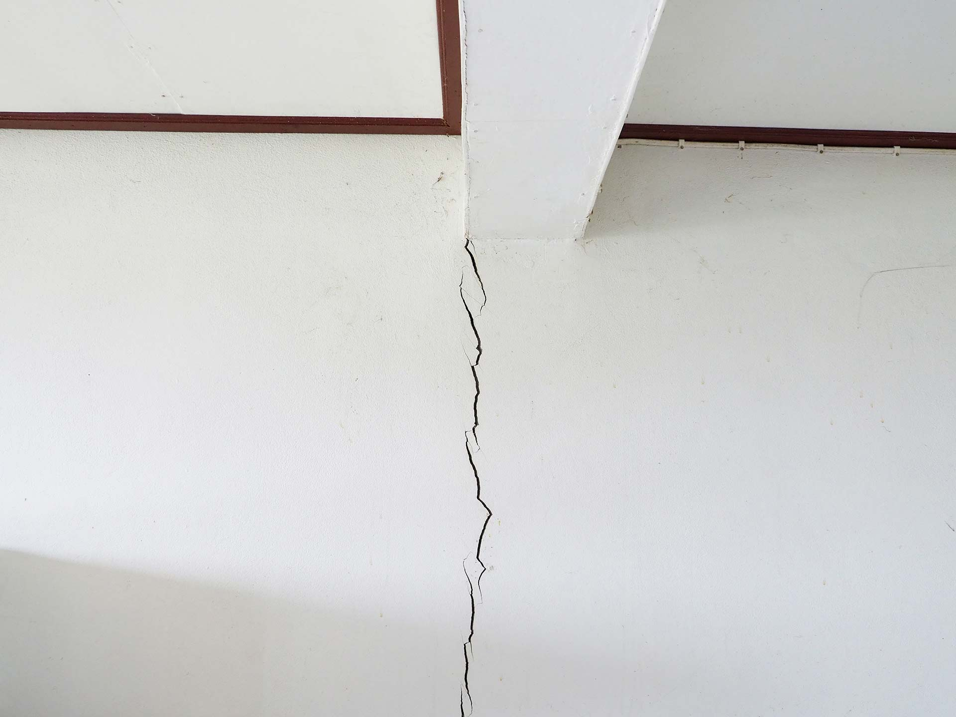 vertical crack in dining wall